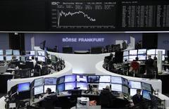 Operadores trabajando en la Bolsa de Fráncfort, Alemania, 19 de octubre de  2015. Las bolsas europeas operaban estables en la apertura del martes, y el grupo biotecnológico Actelion trepaba después de elevar sus previsiones de ganancias, aunque los títulos mineros continuaban cayendo tras unos débiles datos de China. REUTERS/Staff/remote