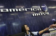 El logo de América Móvil visto en el área de recepción de la compañía en Ciudad de México, 12 de agosto de 2015. Las acciones de la gigante mexicana de telecomunicaciones América Móvil caían el martes en la bolsa local, un día después de reportar su primera pérdida neta desde el 2001 en sus resultados del tercer trimestre. REUTERS/Henry Romero
