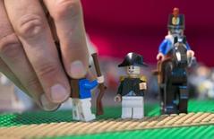 Una figura de lego que representa a Napoleón (centro) junto a unos soldados, en un modelo del Castillo de Malmaison, en Waterloo, Bélgica, 29 de mayo de 2015. Algunos niños podrían no recibir los regalos que esperan para esta Navidad porque aunque las plantas de LEGO trabajan a toda marcha, quizás no puedan fabricar bloques de plástico suficientes para satisfacer la demanda de las jugueterías de Europa. REUTERS/Yves Herman