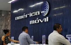 El logo de América Móvil en las oficinas de la empresa en Ciudad de México, ago 12, 2015. La firma de telecomunicaciones América Móvil, que registró su primera pérdida neta trimestral en casi 14 años por el debilitamiento de las monedas latinoamericanas, está revisando sus gastos de inversión en dólares para mover algunos a moneda local.    REUTERS/Henry Romero