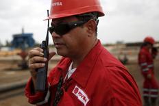 Un trabajador de la petrolera estatal PDVSA en un pozo petrolero cerca de Morichal, Venezuela, abr 16, 2015. El Gobierno socialista de Venezuela estima que el precio del barril de crudo, fuente de la gran mayoría de sus ingresos en divisas, promedie 40 dólares en 2016, según el proyecto de ley del presupuesto para el próximo año presentado el martes.  REUTERS/Carlos Garcia Rawlins
