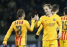 Ivan Rakitic (D), do Barcelona, comemora gol marcado contra o BATE Borisov pela Liga dos Campeões com Jordi Alba (E). 20/10/2015 REUTERS/Vasily Fedosenko