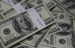 Unos billetes de 100 dólares reunidos para una ilustración fotográfica realizada en un banco de Seúl, ago 2, 2013. El euro subió el martes contra el dólar luego de tres caídas  seguidas, impulsado por datos económicos regionales sólidos y declaraciones de miembros del BCE que sugirieron que no es inminente una nueva ronda de medidas de estímulo.  REUTERS/Kim Hong-Ji