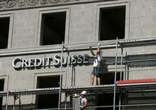 Рабочие у здания с логотипом Credit Suisse в Цюрихе 2 июля 2015 года. Швейцарский банк Credit Suisse объявил о планах увеличить капитал на 6 миллиардов швейцарских франков ($6,28 миллиарда), сообщил главный исполнительный директор Credit Suisse Тидьян Тиам в среду. REUTERS/Arnd Wiegmann