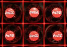 Логотип  Coca-Cola на бутылках в Цюрихе 16 февраля 2011 года. Выручка Coca-Cola Co за третий квартал упала почти на 5 процентов из-за сильного доллара, сократившего стоимость продаж на рынках за пределами Северной Америки. REUTERS/Christian Hartmann