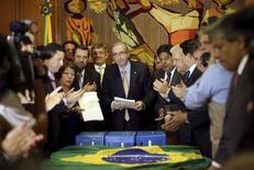 Presidente da Câmara dos Deputados, Eduardo Cunha, recebe novo pedido de impeachment da presidente Dilma Rousseff, no Congresso. 21/10/2015 REUTERS/Adriano Machado