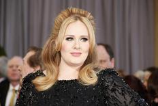 """Imagen de archivo de la cantante británica Adele a su llegada a la entrega de los premios Oscar en Hollywood, feb 24, 2013. Adele anunció el miércoles en Twitter que su nuevo álbum, el primero en cuatro años, se llamará """"25"""".   REUTERS/Lucy Nicholson"""