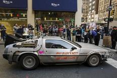 """Carro da DeLorean similar ao do filme """"De Volta para o Futuro"""", em Nova York. 21/10/2015.  REUTERS/Lucas Jackson"""