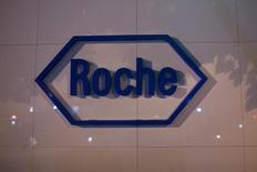 El logo de la farmacéutica suiza Roche, visto afuera de su sede en Shanghái, 22 de mayo de 2014. La farmacéutica suiza Roche elevó el jueves sus perspectivas de ventas para el año completo después de reportar que los ingresos en los primeros nueve meses del año crecieron más que lo previsto. REUTERS/Aly Song