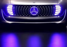 Foto de archivo del auto Mercedes-Benz modelo AMG Vision Gran Turismo, presentado a los medios en Fráncfort, 16 de septiembre de 2015. La ganancia operativa de Daimler saltó en casi un tercio en el tercer trimestre luego de que la fuerte demanda en Europa y China, junto con el lanzamiento de nuevos productos, impulsó las ventas de automóviles de lujo a un máximo histórico. REUTERS/Kai Pfaffenbach/Files