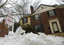 Les reventes de logements ont progressé (+4,7% à 5,55 millions) davantage que prévu le mois dernier aux Etats-Unis, affichant un rythme élevé qui suggère que le marché immobilier reste vigoureux par rapport à d'autres pans de l'économie américaine.  /Photo d'archives/REUTERS/Gary Cameron