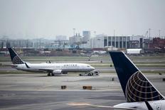 United Continental Holdings, maison mère de United Airlines, s'attend à ce que la forte baisse de ses revenus unitaires se prolonge au quatrième trimestre, en raison du dollar fort, et annonce un bénéfice par action inférieur aux attentes. /Photo prise le 8 juillet 2015/REUTERS/Eduardo Munoz