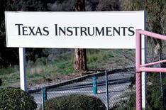 Texas Instruments a fait état d'un bénéfice (798 millions de dollars) et d'un chiffre d'affaires (3,43 milliards de dollars) meilleurs que prévu, grâce à une demande soutenue pour ses puces intégrées et numériques. /Photo d'archives/REUTERS/Eric Gaillard