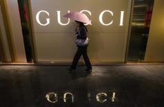 Kering, qui a vu les ventes de Gucci se stabiliser au troisième trimestre, s'est montré optimiste concernant la relance de la griffe florentine dont les nouvelles collections ont été bien accueillies par la critique. La marque, principal centre de profit de Kering, a vu ses ventes reculer de 0,4%, en ligne avec les attentes des analystes, après un rebond de 4,6% au trimestre précédent largement imputable aux rabais effectués sur les anciennes collections. /Photo d'archives/REUTERS/Alex Lee