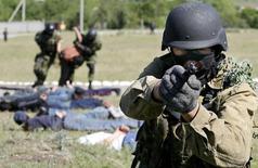 Киргизский спецназовец на антитеррористических учениях близ Бишкека. 23 мая 2007 года. МВД Киргизии сообщило о гибели двух жителей столицы, попавших под пули милиционеров, которые охотились за бежавшим из тюрьмы исламистом, тоже застреленным при поимке и успевшим убить силовика. REUTERS/Vladimir Pirogov