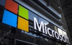 Логотип Microsoft в офисном здании в Нью-Йорке. 28 июля 2015 года. Компания Microsoft отчиталась о скорректированной выручке за третий квартал, которая превышает прогнозы аналитиков девятый квартал подряд в связи с растущим спросом на облачны продукты компании. REUTERS/Mike Segar