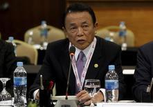 El ministro de Finanzas japonés, Taro Aso, en la conferencia anual del FMI y el Banco Mundial  en Lima, Perú, el 8 de octubre de 2015. El ministro de Finanzas japonés, Taro Aso, expresó cautela sobre los méritos de que el Banco de Japón ofrezca un mayor estímulo, diciendo que la política monetaria no podría alcanzar por sí sola su objetivo de inflación de un 2 por ciento. REUTERS/Paco Chuquiure