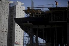 Un obrero trabajando en la construcción de un edificio residencial en Sao Paulo, ago 1, 2015. La economía de Brasil perdió 95.602 empleos netos en septiembre, informó el viernes el Ministerio del Trabajo, en momentos en que la mayor economía de América Latina se encamina a una larga recesión.  REUTERS/Nacho Doce
