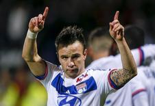 Mathieu Valbuena, do Olympique Lyon, comemora após marcar gol contra o Toulouse em jogo do Campeonato Francês, em Lyon, na França, nesta sexta-feira. 23/10/2015 REUTERS/Robert Pratta