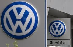 Volkswagen podría ofrecer a los propietarios de sus vehículos en Alemania descuentos para adquirir autos nuevos si entregan ciertos modelos afectados por el escándalo de emisiones que sacudió a la mayor automotriz de Europa, informó la agencia de noticias germana DPA el domingo. En la imagen, logos de Volkswagen en un concesionario en Madrid, España. 20 octubre 2015. REUTERS/Sergio Perez