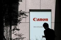 Canon a revu en baisse son objectif de résultats et de chiffre d'affaires pour l'ensemble de l'année, évoquant une demande plus faible que prévu pour ses appareils photo numériques en Chine et dans les pays du Sud-Est asiatique.  Le premier fabricant mondial d'appareils photographiques et d'imprimantes s'attend désormais à un bénéfice opérationnel pour l'année 2015 à 365 milliards de yens (2,73 milliards d'euros), en baisse par rapport à la prévision de 380 milliards annoncée il y a trois mois. /Photo prise le 27 octobre 2015/REUTERS/Toru Hanai