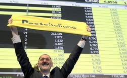 Le PDG de Poste Italiane, Francesco Caio, à la Bourse de Milan. La Poste italienne a ouvert en hausse pour sa première cotation à la Bourse de Milan mardi, avant d'effacer rapidement ses gains. Cette privatisation, qui porte sur environ 40% du capital, est la plus importante en Italie depuis dix ans, /Photo prise le 27 octobre 2015/REUTERS/Alessandro Garofalo