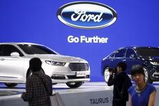 El auto Ford Taurus en su presentación en la Exhibición Internacional de la Industria Automovilística de Shanghái 2015, en Shanghái, 21 de abril de 2015. Ford Motor Co reportó el martes un alza notoria en sus ganancias trimestrales, gracias a un desempeño trimestral récord en Norteamérica, pero no pudo cumplir con las expectativas de Wall Street debido a impuestos más altos de los previstos. REUTERS/Aly Song