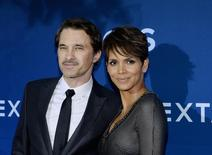 """Cast member Halle Berry of the CBS science fiction television series """"Extant,"""" poses with her husband Olivier Martinez during the premiere of the series at the Samuel Oschin Space Shuttle Endeavour Display Pavilion in Los Angeles, California June 16, 2014. REUTERS/Kevork Djansezian/Files"""