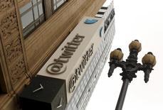 En dépit  d'un bond de 57,6% de son chiffre d'affaires au troisième trimestre, à 569,2 millions de dollars, Twitter a déçu les investisseurs avec une prévision de CA pour le trimestre en cours et une croissance du nombre de ses utilisateurs sur les trois mois précédents toutes deux inférieures aux attentes. Le titre s'effondrait de 12% dans les transactions après la clôture à Wall Street. /Photo d'archives/REUTERS/Robert Galbraith