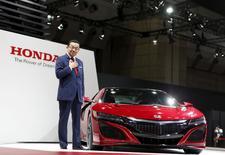 Le directeur général de Honda, Takahiro Hachigo. Plusieurs des principaux constructeurs mondiaux présents au Salon automobile de Tokyo ont cherché mercredi à rassurer sur l'évolution du marché chinois, dont l'évolution inquiète depuis plusieurs mois. /Photo prise le 28 octobre 2015/REUTERS/Yuya Shino