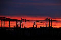 ЛЭП во французском городе Пюиссеген. 24 октября 2015 года. Французская промышленность играет более значительную роль в экономике страны, чем считалось ранее, сообщает Национальный институт статистики и экономических исследований Франции (INSEE). REUTERS/Regis Duvignau