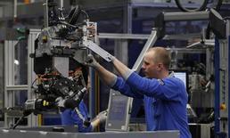 La production de l'industrie manufacturière s'est légèrement redressée l'an dernier en France mais la baisse des effectifs du secteur s'est poursuivie, /Photo d'archives/REUTERS/Ina Fassbender