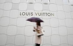 les valeurs liées au secteur du luxe reculent mercredi à la Bourse de Paris, en raison de perspectives de croissance économique incertaines pour 2016 et d'un environnement de changes plus délicat. C'est en particulier le cas de LVMH, plus forte baisse du CAC 40 à la mi-séance à près de 1%. /Photo d'archivesREUTERS/Yuya Shino