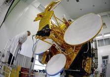 Eutelsat Communications annonce mercredi la commande auprès de Thales Alenia Space d'un satellite multifaisceaux de nouvelle génération dans le cadre de sa stratégie de déploiement des services haut débit en Afrique. Le lancement de ce satellite tout-électrique de grande capacité est prévu en 2019. /Photo d'archives/REUTERS/Eric Gaillard