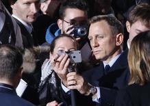 """El actor Daniel Craig posa para un autorretrato en su llegada al estreno de """"Spectre"""", la nueva película sobre el agente James Bond, en Berlín. 28 de octubre de 2015. La más reciente entrega de las películas del espía James Bond, """"Spectre"""", batió los récords de la taquilla británica en su primer día de proyección, dijo el miércoles Sony Pictures Entertainment. REUTERS/Fabrizio Bensch"""