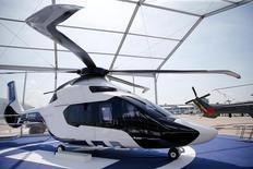 Le H160, un prototype d'hélicoptère Airbus présenté au salon du Bourget. Airbus Group et la Chine ont conclu un protocole d'accord pour une valeur d'environ un milliard d'euros portant sur la livraison de 100 hélicoptères et la construction d'une usine d'assemblage en Chine, a déclaré vendredi à Reuters une source directement informée de cet accord. /Photo prise le 13 juin 2015/REUTERS/Pascal Rossignol