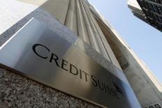 Credit Suisse a inscrit dans ses comptes du troisième trimestre, dont une version complète a été publiée vendredi, une provision pour frais juridiques d'un montant de 280 millions de francs suisses (257,40 millions d'euros). /Photo prise le 1er septembre 2015/REUTERS/Mike Segar