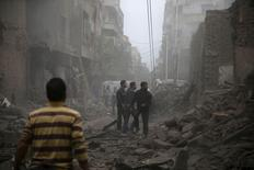 Жители города Дума после обстрела, совершенного, по словам активистов, войсками Башара Асада. 29 октября 2015 года. По меньшей мере 40 человек погибли, еще около 100 пострадали в результате ракетного удара сирийских правительственных войск по рынку в городе Дума недалеко от Дамаска, сообщили группа мониторинга и местные спасатели в пятницу. REUTERS/Bassam Khabieh