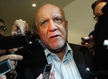 En la imagen de archivo, el ministro iraní de Petróleo, Bijan Zanganeh, habla con periodistas en una reunión de la OPEP en Viena. 3 de diciembre de 2013. Irán notificará oficialmente en diciembre a la OPEP, en la reunión del grupo en Viena, de sus planes de elevar su producción de crudo en 500.000 barriles por día (bpd), dijo  Zanganeh. REUTERS/Heinz-Peter Bader