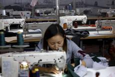 Una mujer trabaja en una firma que produce ropa y sombreros en Qingyundian, Pekín. REUTERS/Kim Kyung-Hoon La actividad del sector manufacturero chino se contrajo en octubre por tercer mes seguido y la del área de servicios tuvo su tasa de expansión más lenta en casi siete meses, lo que hace temer un menor impulso en la economía en el cuarto trimestre pese a los estímulos implementados.