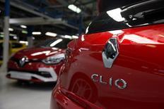 Vers 12h30, Renault (+3,16%) est en tête des hausses du CAC 40. Le Journal du Dimanche a rapporté que l'Etat français serait prêt à une fusion entre le constructeur français et son partenaire japonais Nissan. Au même moment, l'indice phare de la Bourse de Paris gagne 0,42% à 4918,1 points. /Photo prise le 1er septembre 2015/REUTERS/Philippe Wojazer