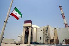 """АЭС в Бушере. 21 августа 2010 года. Иран приступил к отключению центрифуг по обогащению урана в соответствии с условиями ядерной сделки, достигнутой с """"шестеркой"""" международных посредников в июле, сообщил глава организации по атомной энергии Ирана в понедельник в ходе своего визита в Токио. REUTERS/Raheb Homavandi"""