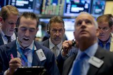 Трейдеры на фондовой бирже в Нью-Йорке. 2 ноября 2015 года. Фондовые рынки США выросли в понедельник за счет данных о производственной активности в разных странах и роста акций в секторе здравоохранения. REUTERS/Brendan McDermid