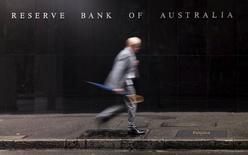 Мужчина проходит мимо здания Резервного банка Австралии в Сиднее. 3 ноября 2015 года. Центробанк Австралии во вторник сохранил ключевую ставку на рекордном минимуме 2,0 процента годовых, но заявил, что вялая инфляция дает возможность для дальнейшего смягчения политики, если в этом будет необходимость. REUTERS/Jason Reed