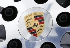 Логотип Porsche на диске автомобиля в Штутгарте. 13 мая 2015 года. Volkswagen устанавливал программное обеспечение, сообщающее неверные сведения об уровне токсичных выбросов, в автомобили класса люкс с дизельными двигателями, сообщили регуляторы США в понедельник. REUTERS/Ralph Orlowski