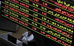 Трейдер на фондовой бирже в Каире. 28 мая 2015 года. Египетская фондовая биржа пострадала из-за бегства инвесторов с развивающихся рынков, лидирующие компании отложили первичные размещения и ликвидность резко сократилась, но парламентские выборы должны помочь восстановить доверие инвесторов в 2016 году, сказал глава биржи Мохаммед Омран. REUTERS/Mohamed Abd El Ghany