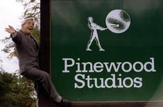 Foto de archivo del comediante Norman Wisdom saludando a la prensa al lado de una pizarra a su retorno a los estudios cinematográficos Pinewood, 12 de septiembre de 1995.