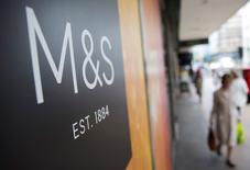 Le distributeur britannique Marks & Spencer a relevé son objectif annuel de marge pour les produits non alimentaires, une priorité stratégique malgré un nouveau recul des ventes trimestrielles de ces derniers. /Photo prise le 20 mai 2015/REUTERS/Neil Hall