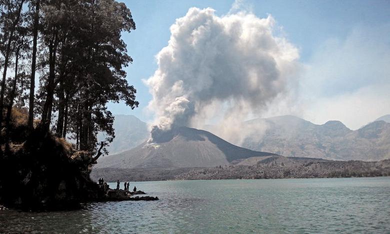 Tausende Urlauber sitzen nach Vulkanausbruch auf Bali...