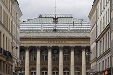 La Bourse de Paris est attendue en légère hausse jeudi à l'ouverture d'une séance qui sera marquée par une nouvelle salve de publications d'entreprises. A 8h19, le contrat à terme sur l'indice CAC 40 avance de 0,21%. /Photo d'archives/REUTERS/Charles Platiau